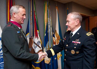 """דמפסי מעניק לגנץ את העיטור בפנטגון (צילום: דובר צה""""ל)"""