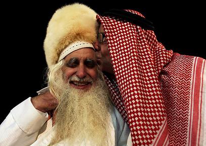 """""""הוא האמין שאנשי הדת יכולים לקרוא 'אללה הוא אכבר', ולפתור את הסכסוך"""". הרב פרומן עם חברו, השייח' אברהים, בחתונת בנו הצעיר (צילום: אבישג שאר-ישוב)"""