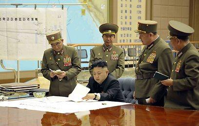 שליט צפון קוריאה קים ג'ונג און עם קצינים בכירים (צילום: רויטרס)