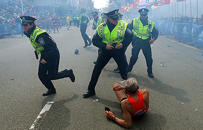 הרגעים שלאחר הפיגוע בבוסטון (צילום: AP)