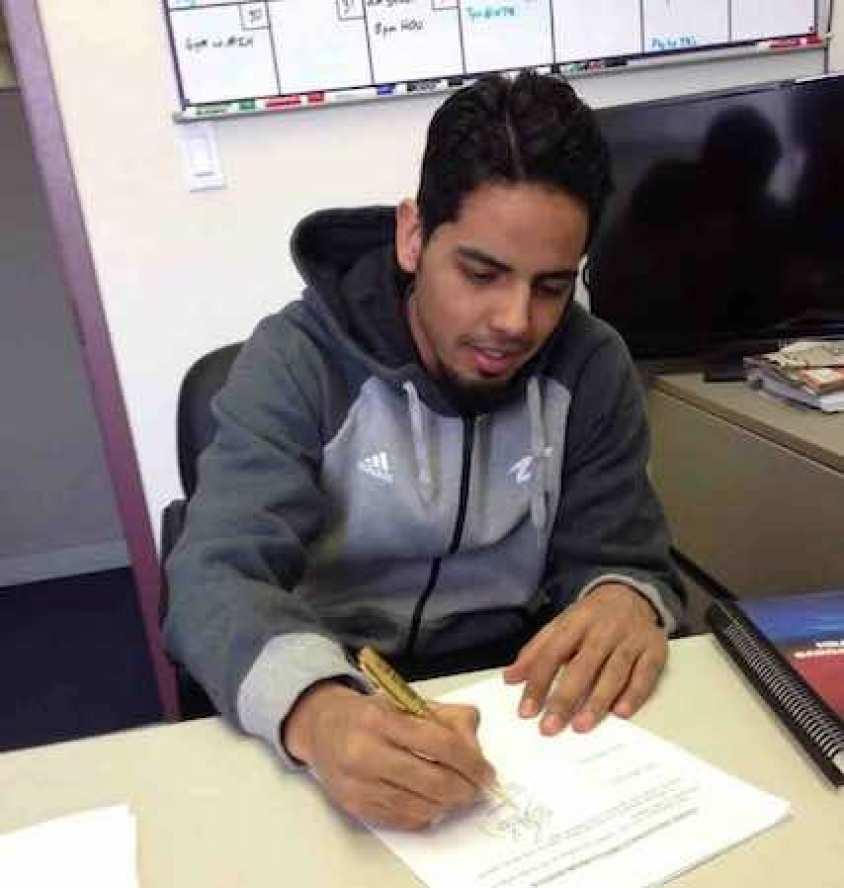 Jorge Gutiérrez en los momentos de firmar su contrato de 10 días. Foto del Twitter de los Nets @BrooklynNets