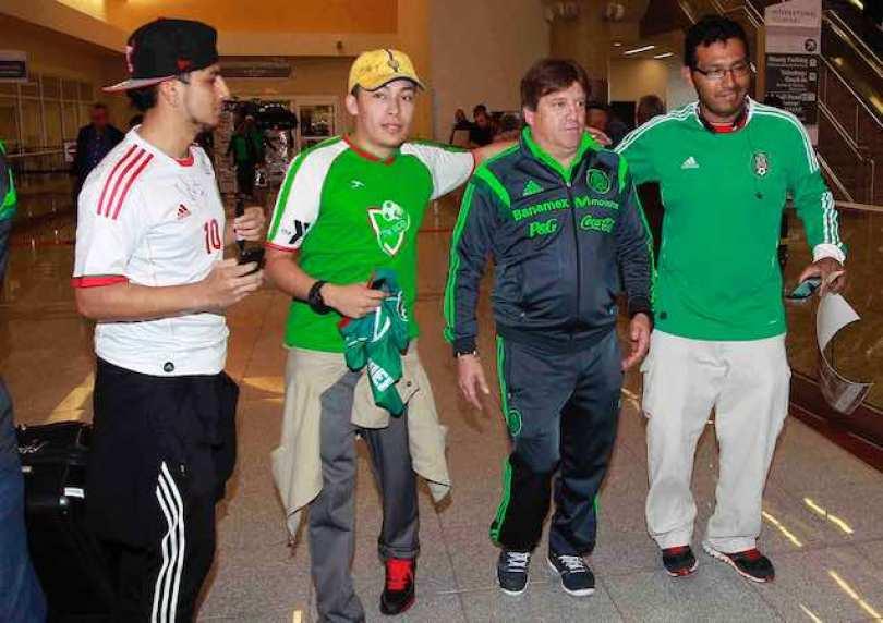 Miguel Herrera al momento de llegar a Atlanta es recibido por decenas de aficionados.