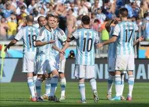 Un gol de Messi sobre la hora le da un agónico triunfo a Argentina. EFE