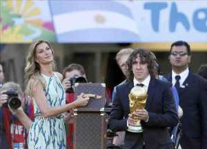 Carles Puyol devolvió hoy el trofeo de campeón mundial. EFE
