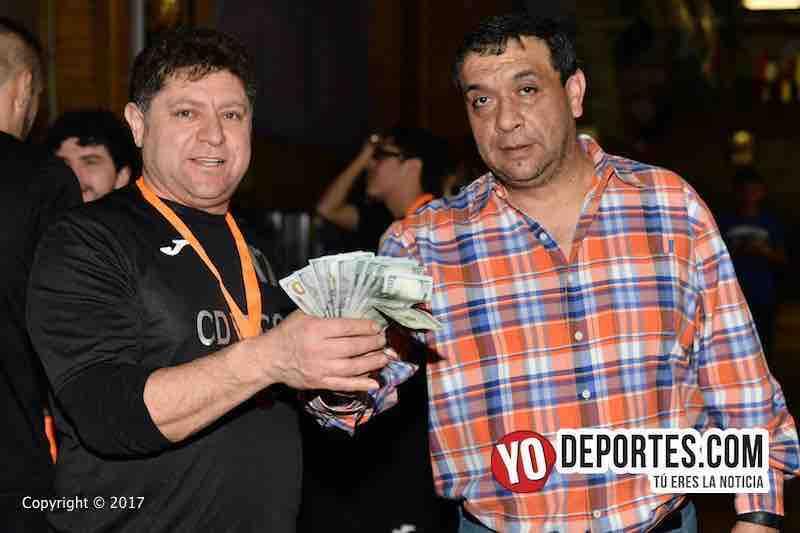 Juan Jaramillo premia con mil dólares a CD Vagos como subcampeón en la liga Mundi Soccer League en Chitown Futbol.