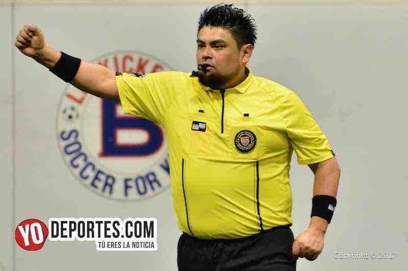 El árbitro Miguel Gutierrez sancionó las dos semifinales de los jueves en Chitown Futbol.