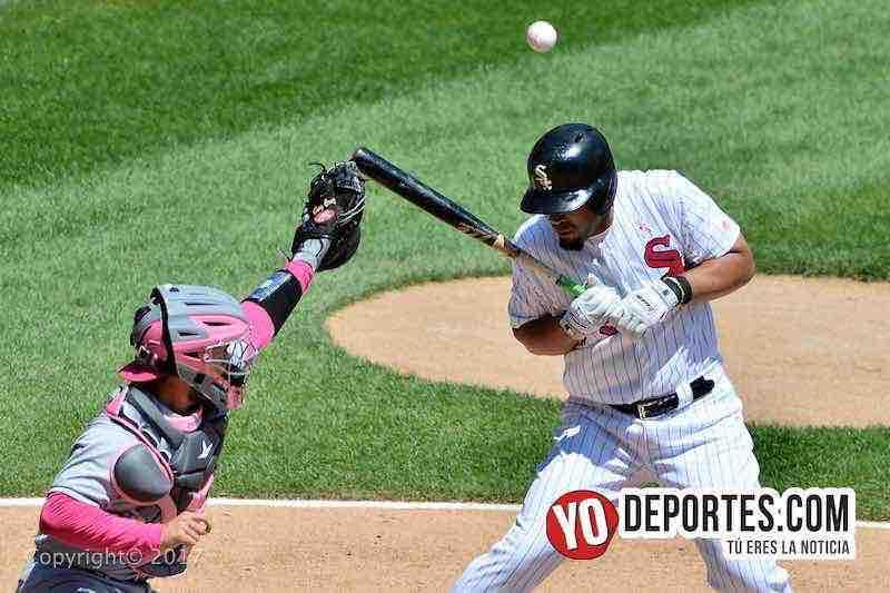 Jose Abreu de Chicago White Sox recibe un golpe en el partido contra Padres de San Diego