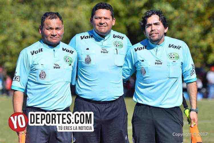 Los árbitros de la final, Armando Ortega, Danilo Caballero y Alvaro Cortina en la Liga 5 de Mayo en Chicago.