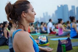 Photo de Laurence pendant un cours de yoga-Méditation en position de relaxation