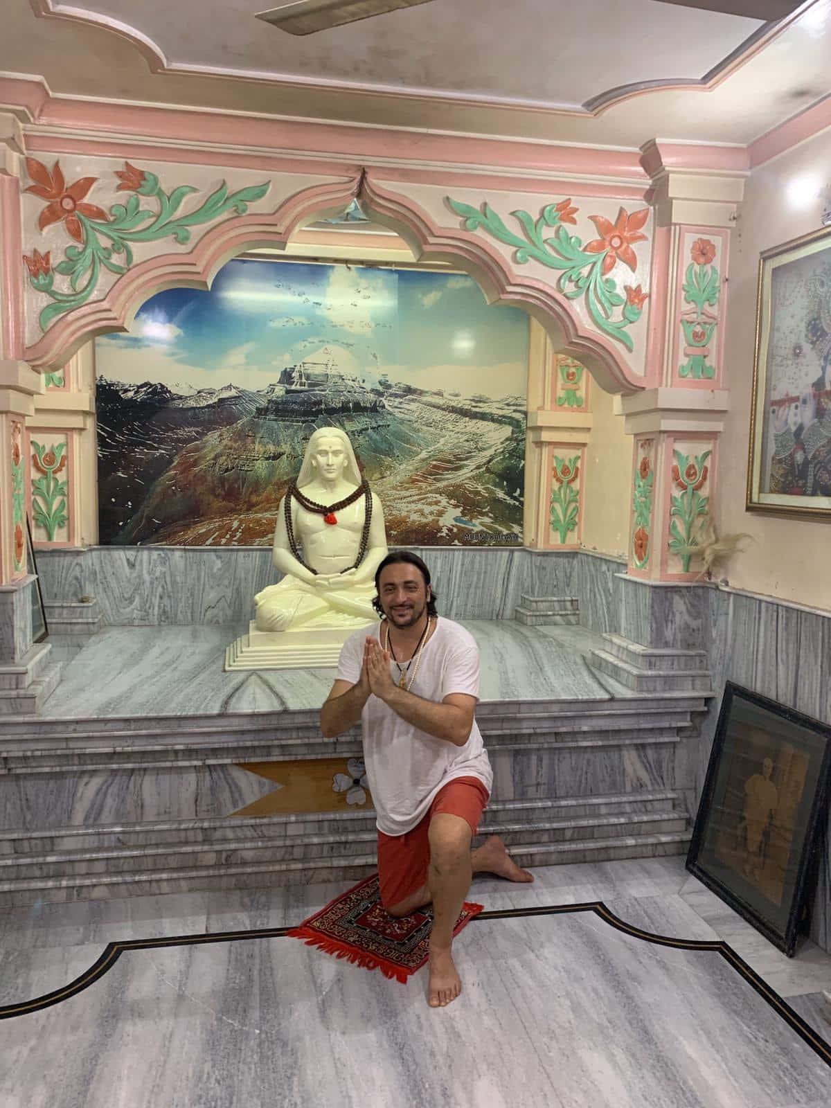 Davide R. Diesi in casa Lahiri Mahasaya davanti alla statua di Babaji a Benares | Guru di Sri Yukteswarjiv