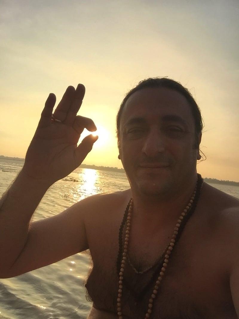Davide Russo Diesi tocca il sole di VARANASI con un CIN MUDRA