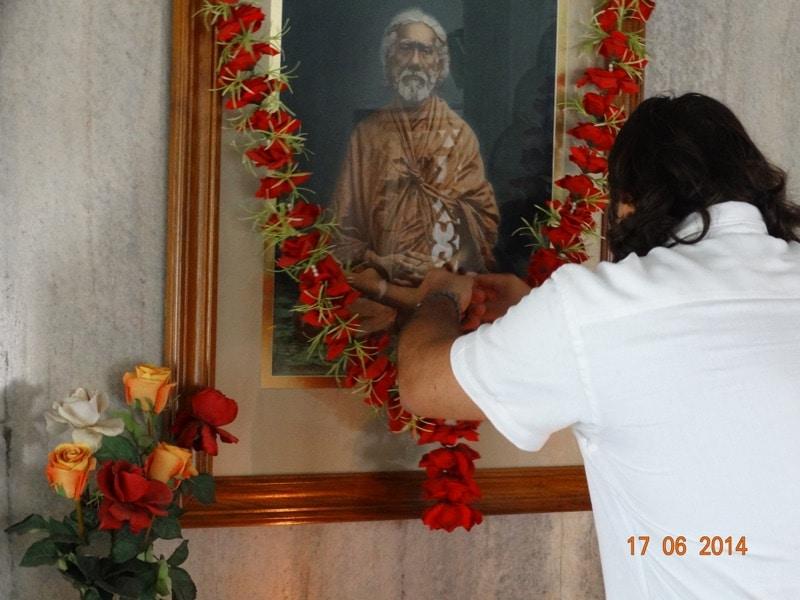 Davide R. Diesi (Swami) Offerta di ghirlanda di fiori | SRI YUKTESWAR MEMORIAL TEMPLE SERAMPORE 2014