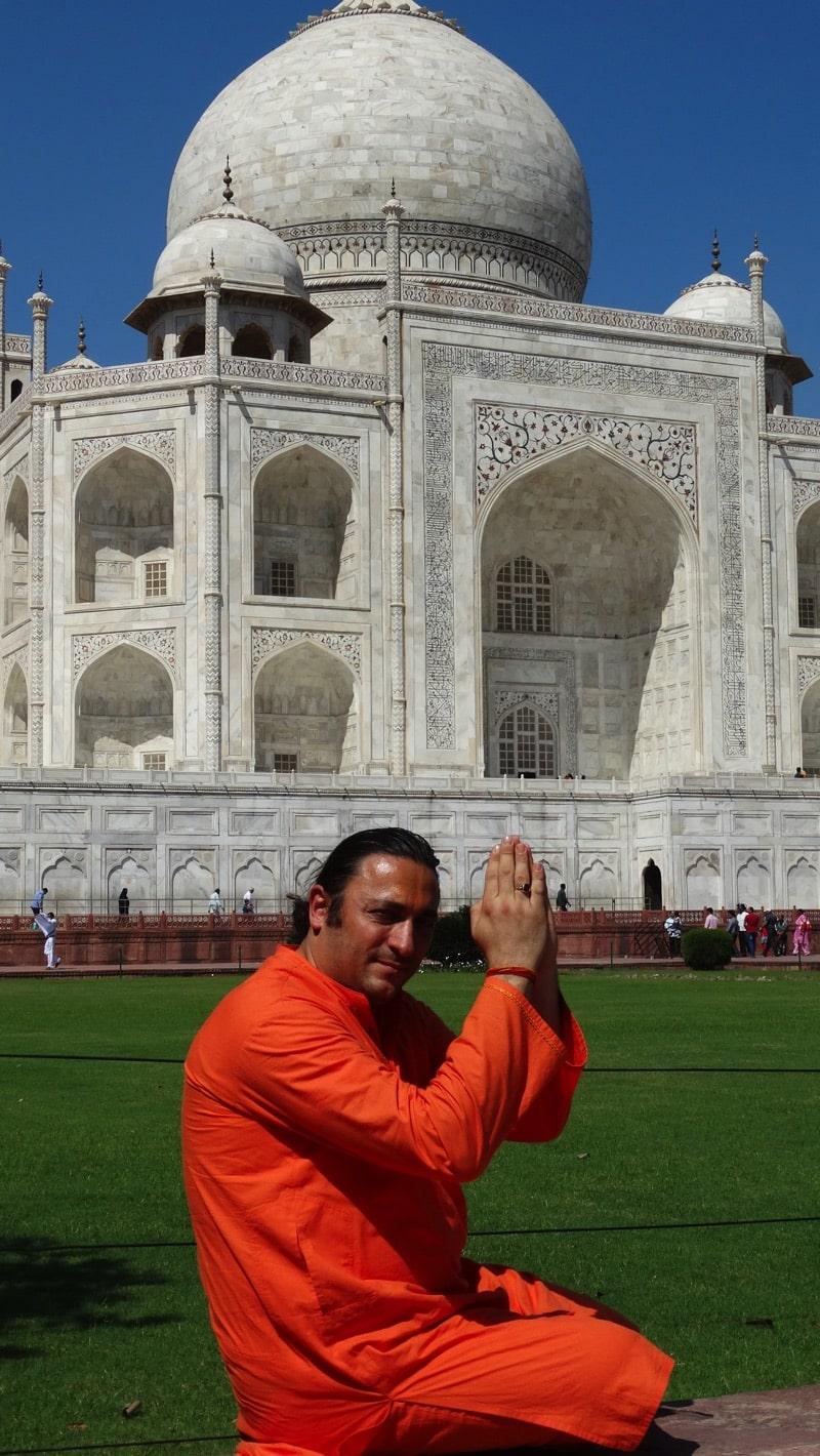 Swami Davide R. Diesi (Amrirananda) nel saluto del Pranam davanti al famoso Taj Mahal | AGRA