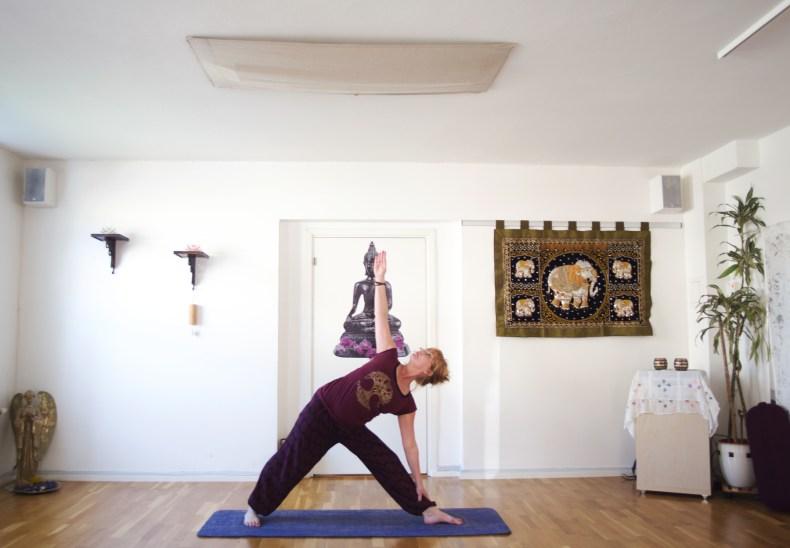 Kvinna står i position för en yogaform