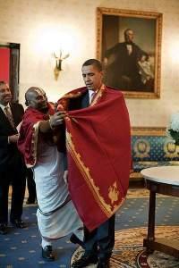 Barack_Obama_receives_a_red_shawl_from_Sri_Narayanachar_Digalakote
