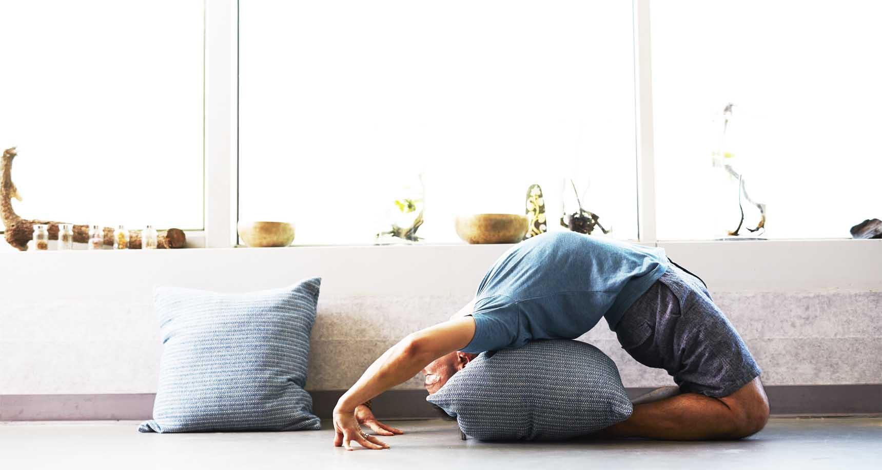 yoga à la maison par un homme