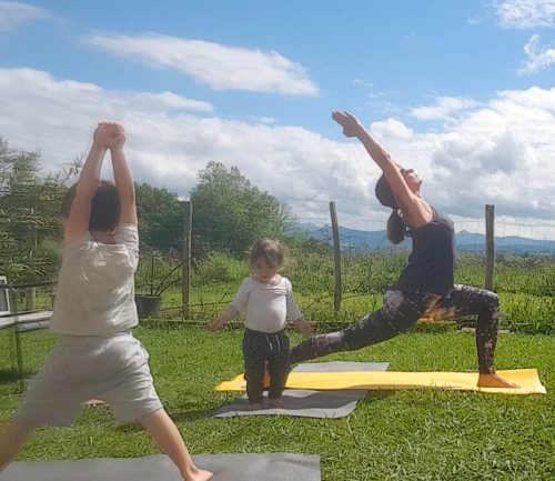yoga avec enfant qui imite sa maman yogi