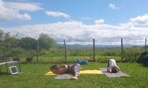 yoga avec enfant qui imite sa maman