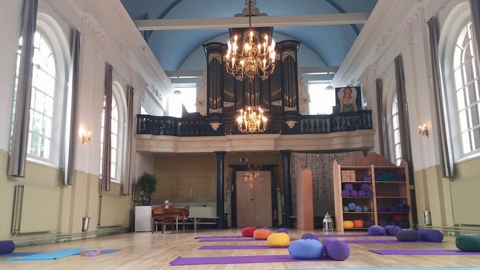 Afbeeldingsresultaat voor yoga in kerk