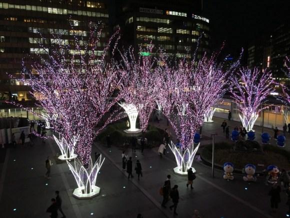 クリスマスイルミネーションの青と白とは違い街路樹はピンクと白のLED