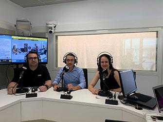"""Estudio de 'À Punt Radio' durante la grabación del programa """"Al Ras"""" con la participación de Yolanda Corral."""