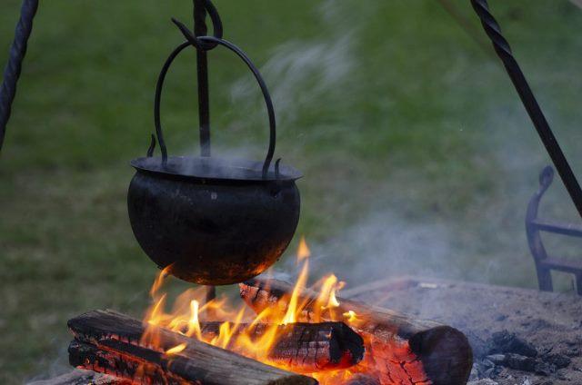 Kamp ateşinde pişirilen yemekler