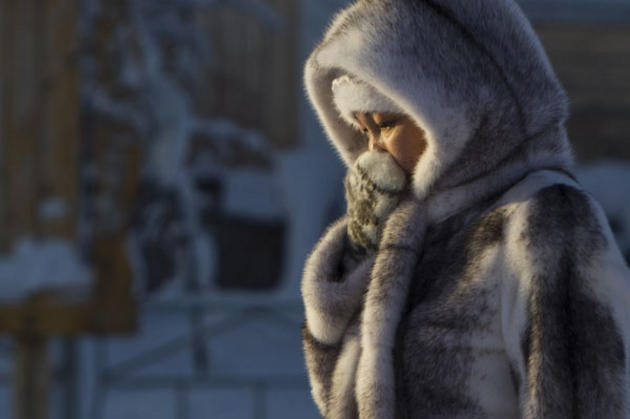 Natūralūs kailiai yra ne mados reikalas, o vienintelis būdas išgyventi tokį šaltį. Tradiciniai elnio odos batai su auliu gali kainuoti iki 300 eurų.