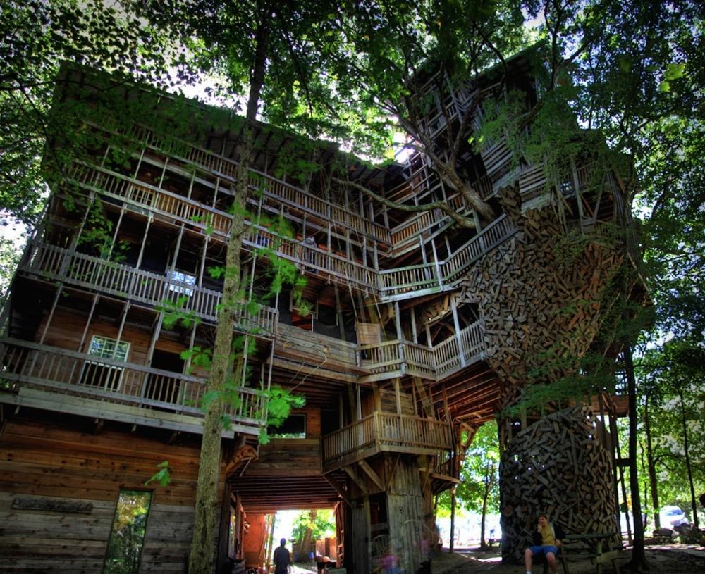 Neįtikėtini nameliai medyje iš įvairių pasaulio kampelių (1)