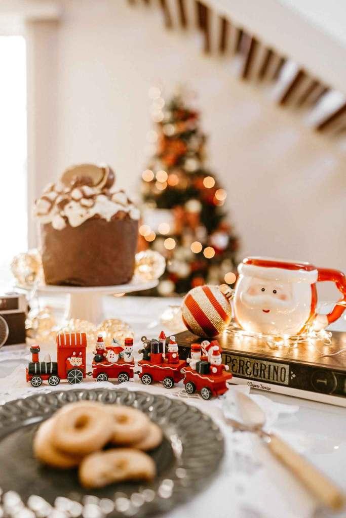 Santa Claus en la mesa de comedor navideña