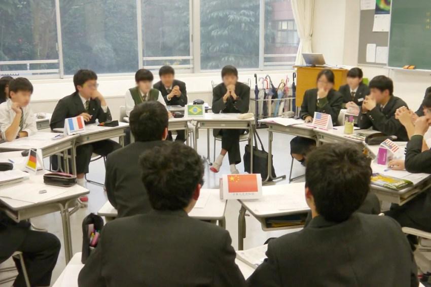 地球環境問題について白熱した議論を繰り広げる生徒たち