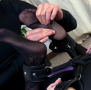 Nylonbestrumpfte gefesselte Mini Füße verwöhnt