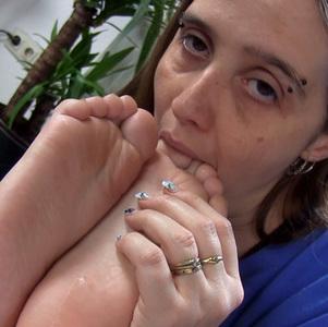 Ich liebe gefesselte Minifüße zu verwöhnen!