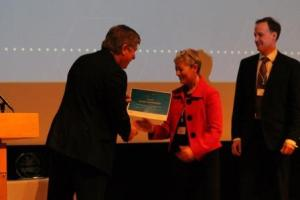Gill Wilson receives the AHSN award from Sir Andrew Cash