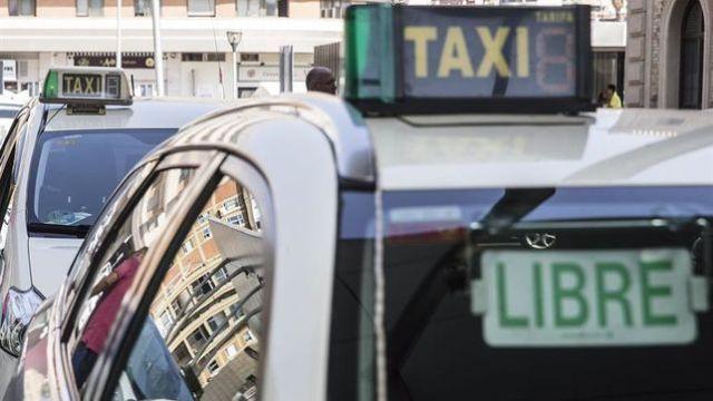 """La Junta de Andalucía promete """"potenciar la intermodalidad"""" y """"modernizar"""" el taxi y Maillo acusa de """"prevaricar"""" no regulando VTC"""
