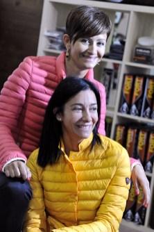 Annalisa e Valeria Cotogni mostrano alcuni articoli