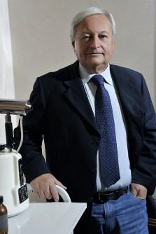 Dr Mario Petracca nel suo studio
