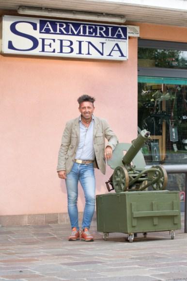 Gianluca_Romele di fronte al negozio