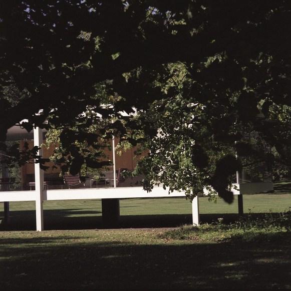 Lake Verea, Farnsworth House (Mies Van Der Rohe, 1945-51), Plano, Illinois Paparazza Moderna series, 2011–2018 ©Lake Verea