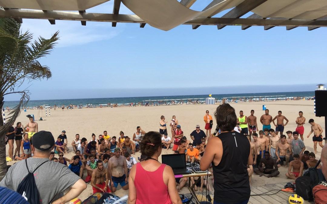 ¡La alegría de los jóvenes contagia la playa de Gandía!