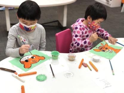 2 students painting