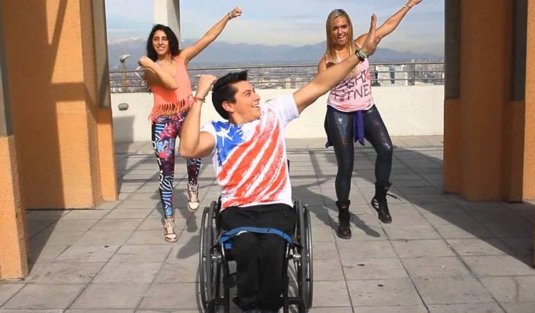 Dans sa chaise roulante, Guillermo Aranguiz fait danser le monde entier!