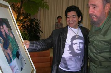 Diego Maradona presenting a painting to Fidel Castro