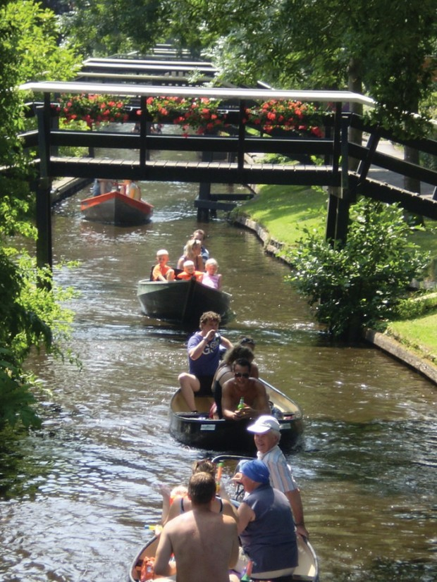 19 Amazing Pictures Of Giethoorn Village Without Roads