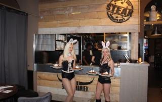 Sexy bunnies serveren het eten uit