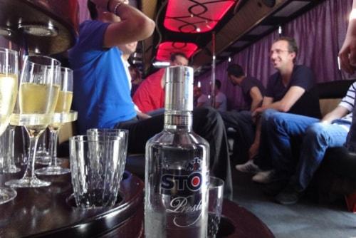 Lekker drinken en feesten in de partybus