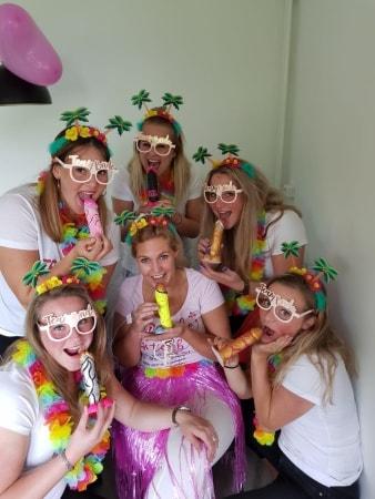 Team bride op de foto met de versierde piemels