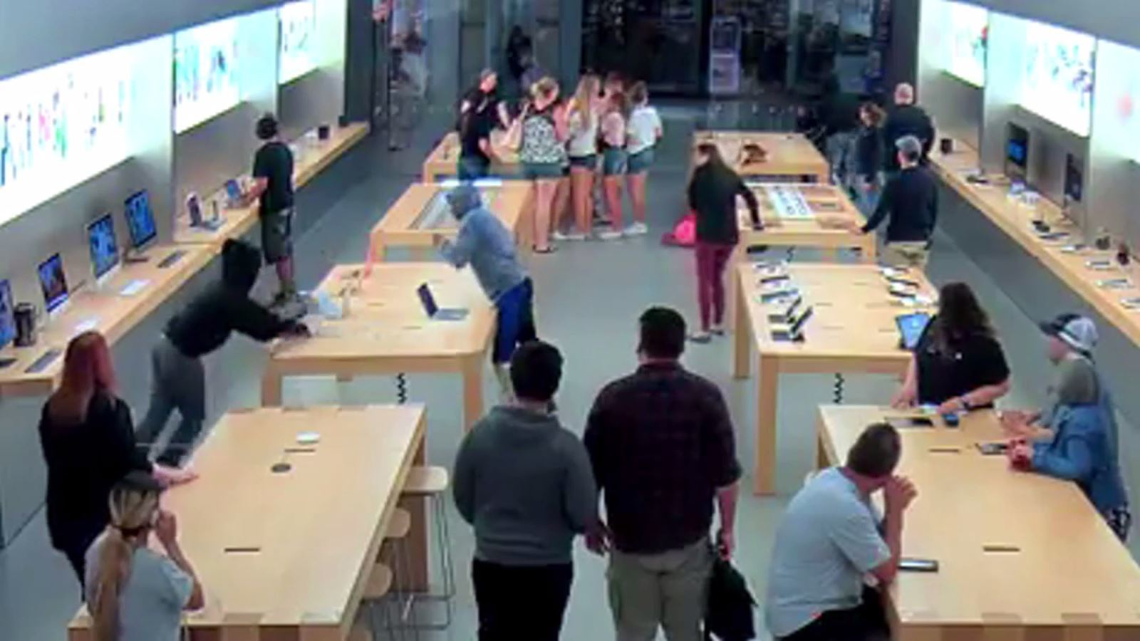 Video_released_of_Apple_Store_robbery_at_0_20180710003718