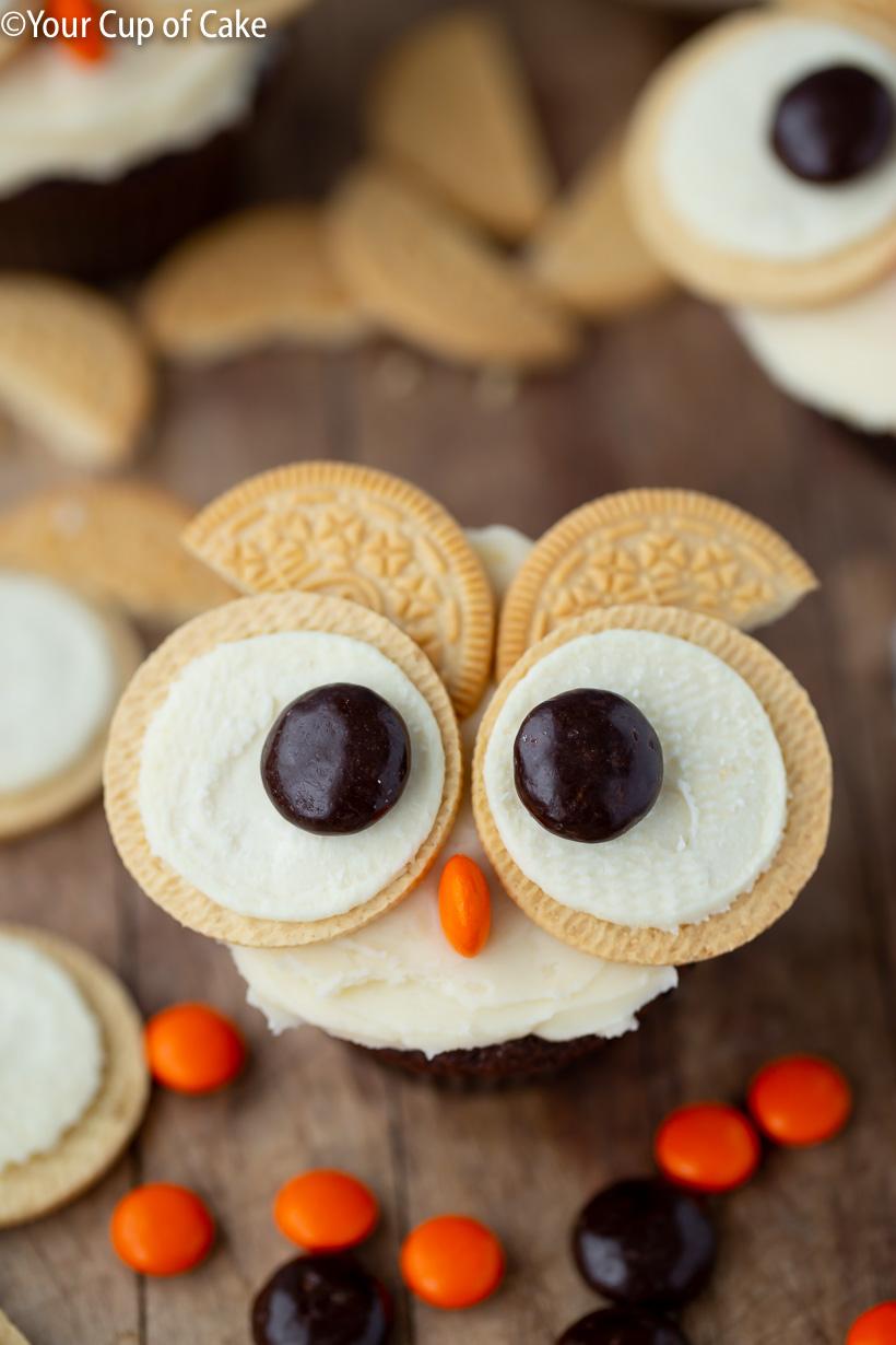 ¡Me encanta esta idea de decoración de cupcakes para niños, Easy Oreo Owl Cupcakes!