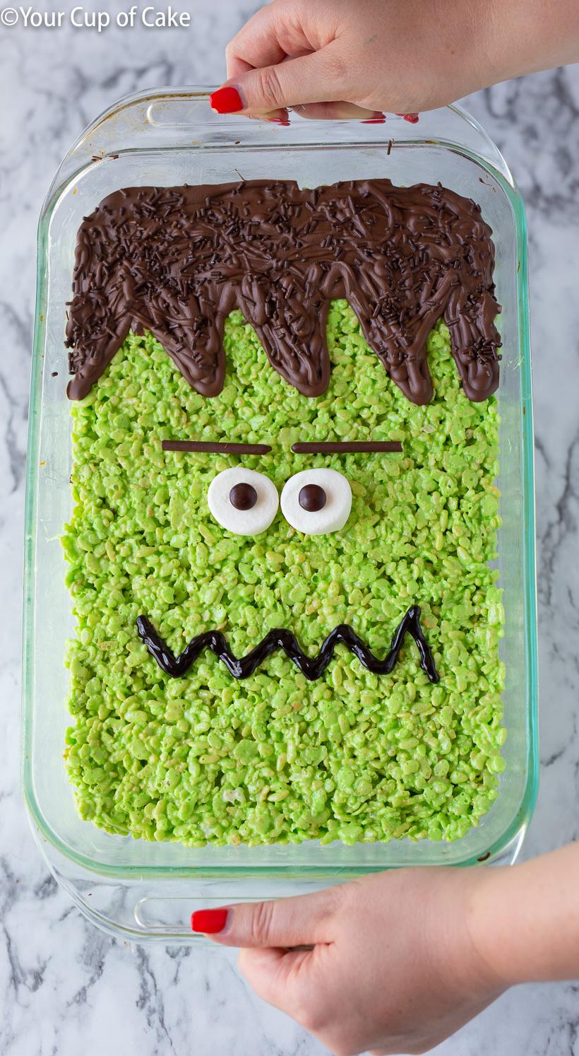 ¡Convierte una sartén de krispies de arroz en un GRAN Frankenstein Rice Krispie Treat para Halloween! ¡Me encanta una receta fácil sin hornear!