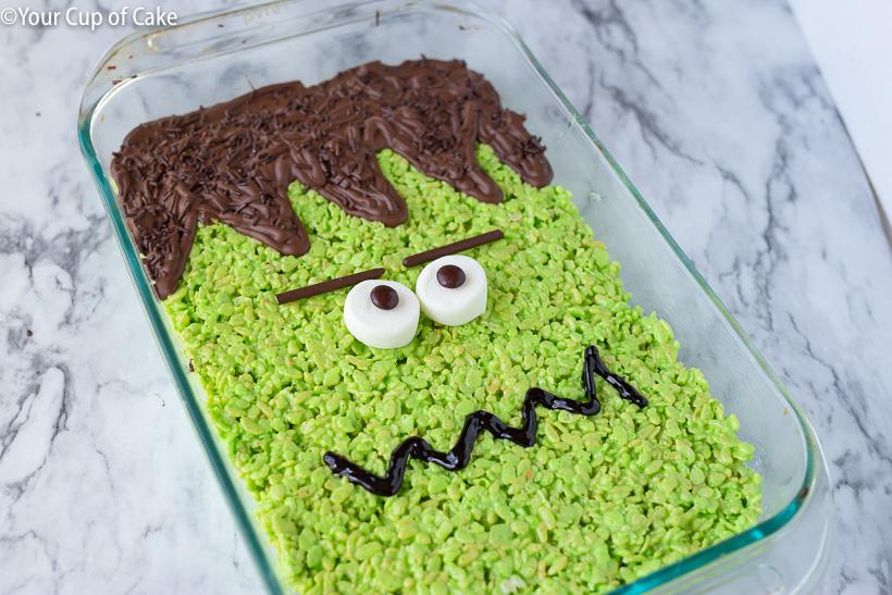 ¡ME ENCANTA esta idea de hacer un gran regalo de Frankenstein RIce Krispie para Halloween!